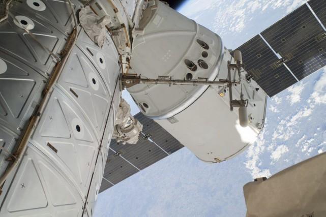 La capsule Dragon de la société américaine SpaceX.... (PHOTO NASA/AP)