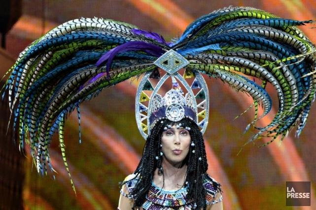 Cher, coiffée d'un casque à plumes inimaginable.... (Photo Bernard Brault, La Presse)