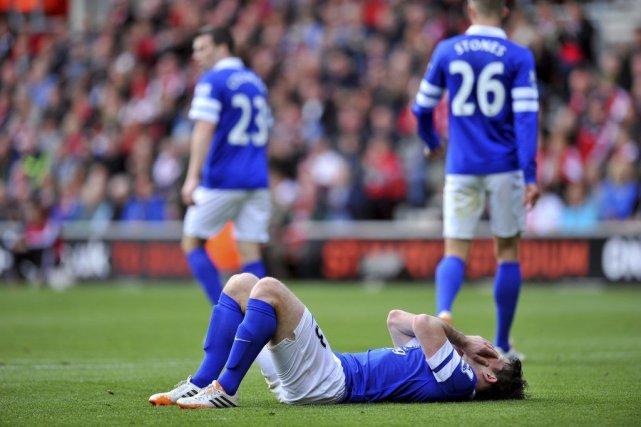 Everton a offert deux buts contre son camp... (PHOTO GLYN KIRK, AFP)