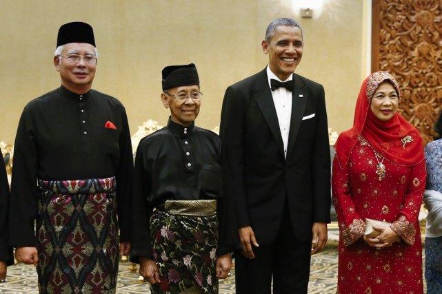Le président Obama pose en compagnie du premier... (PHOTO VINCENT THIAN, AP)