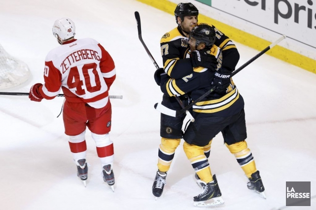 Milan Lucic (17) et Jarome Iginla (12) se... (Photo Greg M. Cooper, USA TODAY Sports)