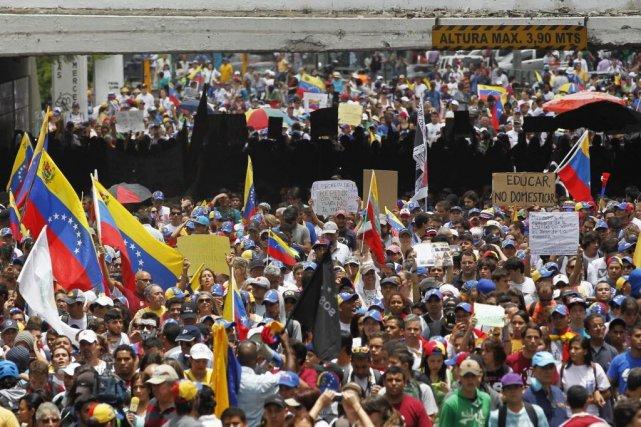 Les manifestants brandissaient des pancartes dénonçant le règlement... (Photo CHRISTIAN VERON, AP)