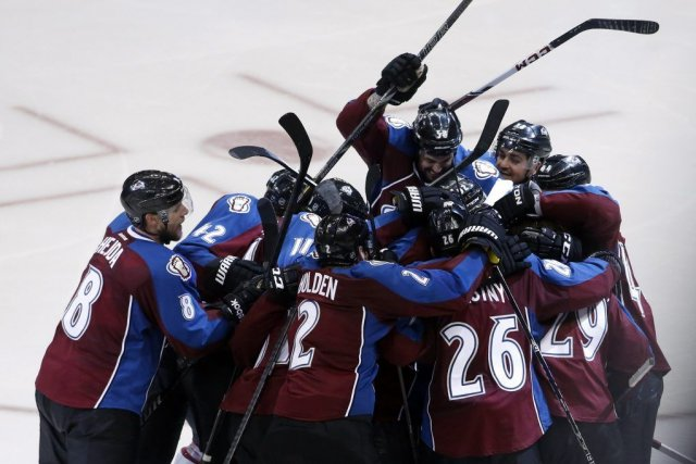 Nathan MacKinnon (29) est entouré par ses coéquipiers... (Photo Chris Humphreys, USA Today)