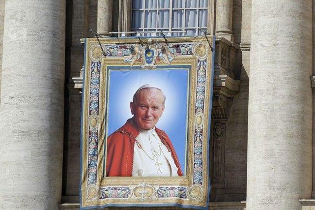 Une tapisserie à l'effigie de Jean-Paul II était... (Photo Gregorio Borgia, AP)