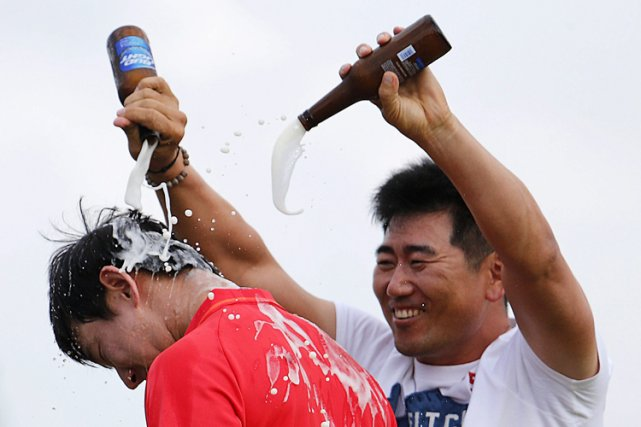 Seung-Yul Noh (à gauche) a reçu une douche... (Photo: AP)