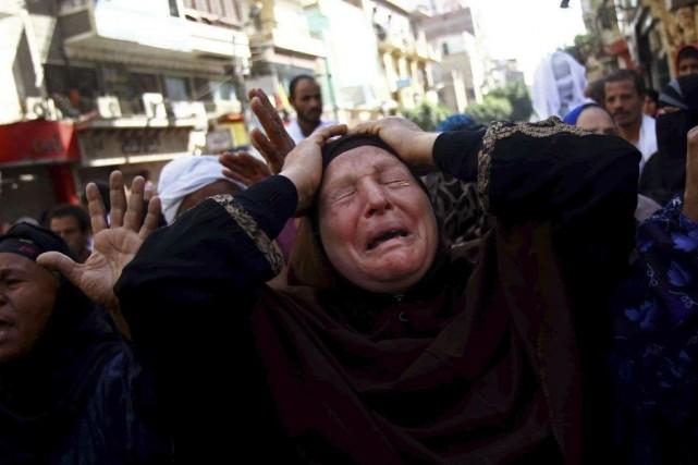 Une femme pleure après avoir appris la décision... (PHOTO AHMED GOMAA, AP)