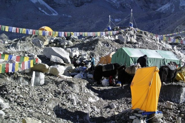 Des sherpas au camp de base de l'Everest.... (Photo Reuters)