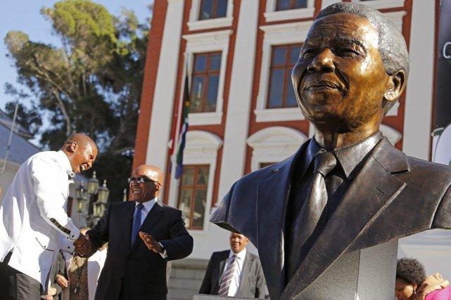 Mandla Mandela et Jacob Zuma à la gauche... (Photo Schalk van Zuydam, Associated Press)