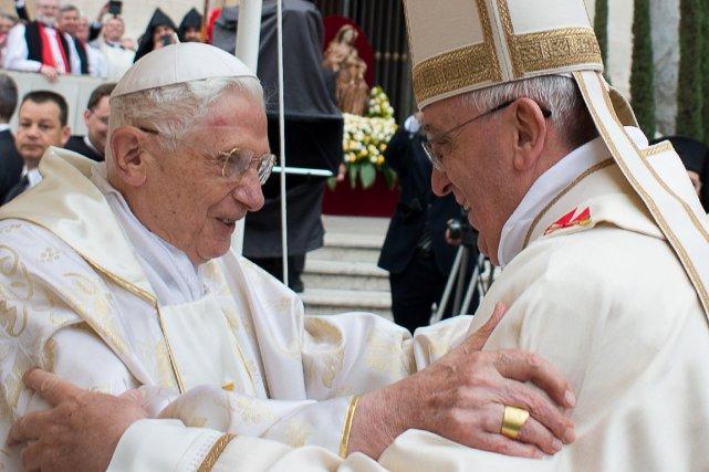 Le pape François (à droite) et le pape... (Photo Agence France-Presse/Osservatore Romano)