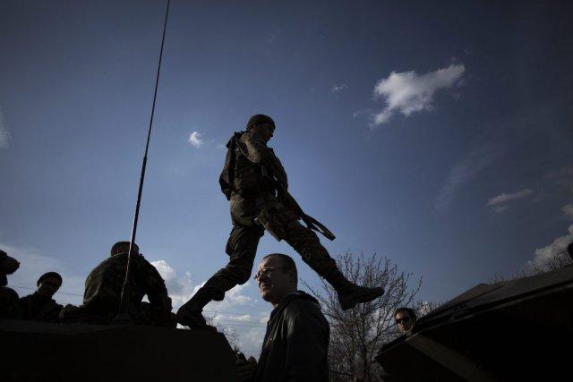 Un soldat urkrainien à Kramatorsk.... (Photo Manu Brabo, Associated Press)