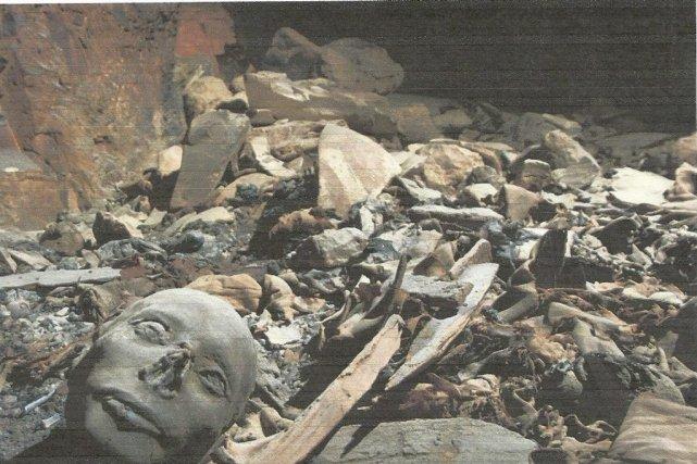 Des restes de sarcophages en bois et de... (PHOTO REUTERS)
