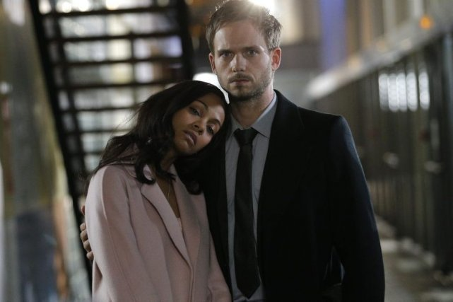 Zoe Saldana et Patrick J. Adams sur le... (Photo: AP)