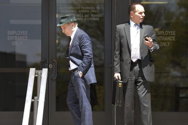 Paul Simon, à gauche, accompagné de son avocat... (Photo: AP)