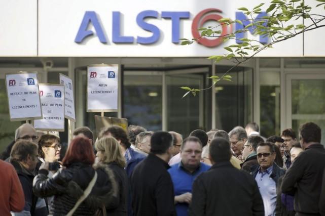 Inquiets du sort d'Alstom, quelques dizaines de syndicalistes... (PHOTO LIONEL BONAVENTURE, AFP)