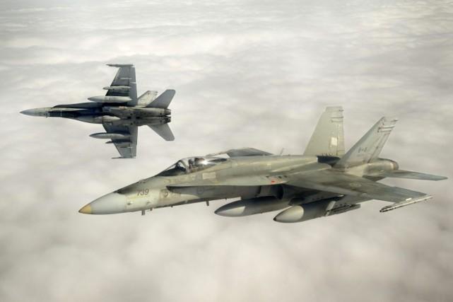 Des CF-18 lors d'un exercice dans le ciel... (Photo archives Reuters)