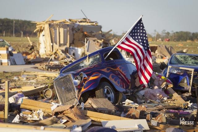 Un drapeau américain sort de la fenêtre d'une... (PHOTO CARLO ALLEGRI, REUTERS)