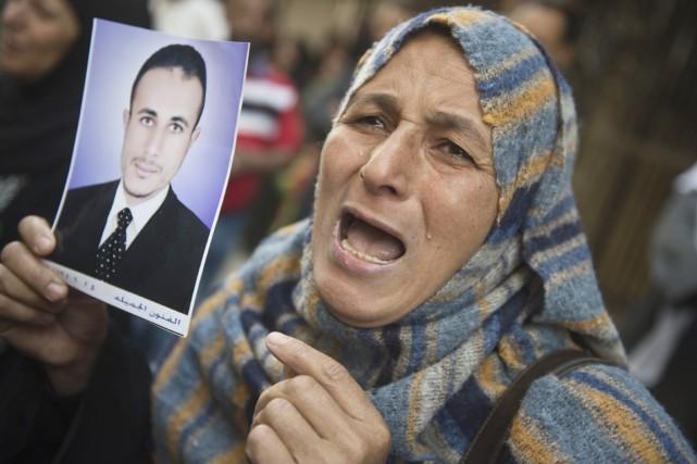 Devant un tribunal de Minya, au sud du... (PHOTO KHALED DESOUKI, AFP)