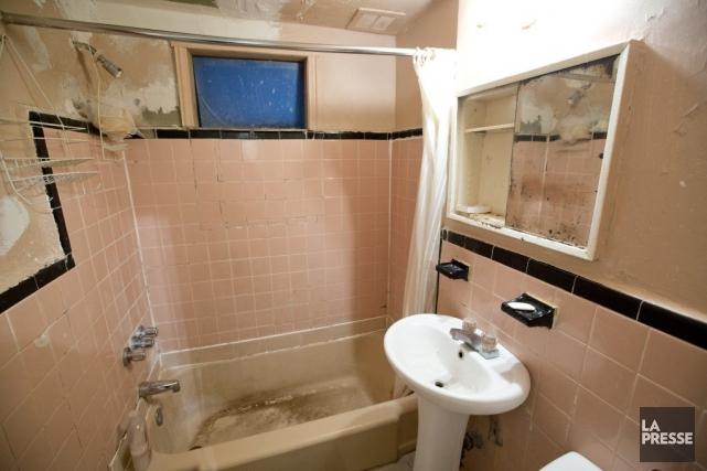 La salle de bain d'un logement de la... (Photo David Boily, La Presse)