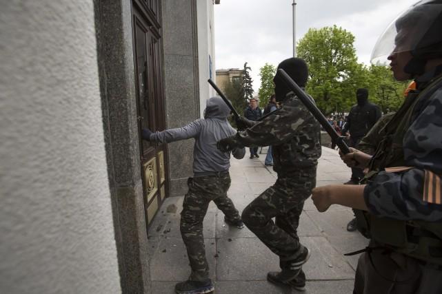 Un millier de pro-russes soutenus par une cinquantaine d'hommes lourdement... (Photo Alexander Zemlianichenko, AP)