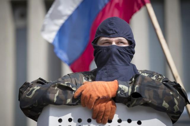 Au total, les forces pro-russes occupent des bâtiments... (PHOTO ALEXANDER ZEMLIANICHENCKO, ARCHIVES AP)