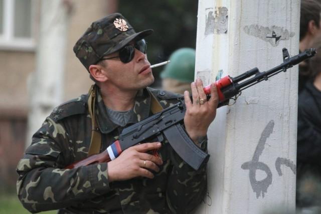 Un pro-russe se prépare à l'assaut de l'hôtel... (Photo AP)
