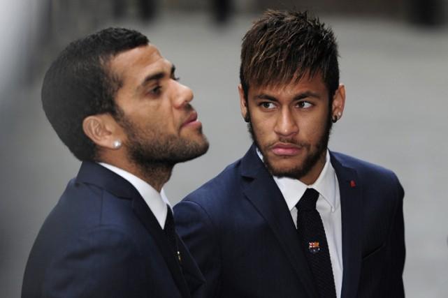 Dani Alves et Neymar lors d'une cérémonie religieuse,... (Photo: AFP)