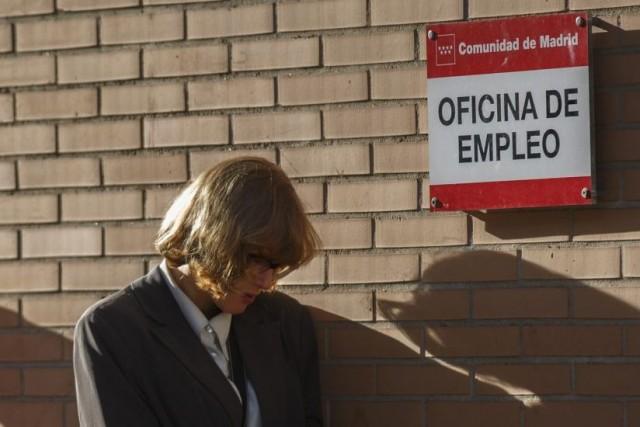 Une femme attend devant un centre d'emploi à... (PHOTO ANDREA COMAS, REUTERS)