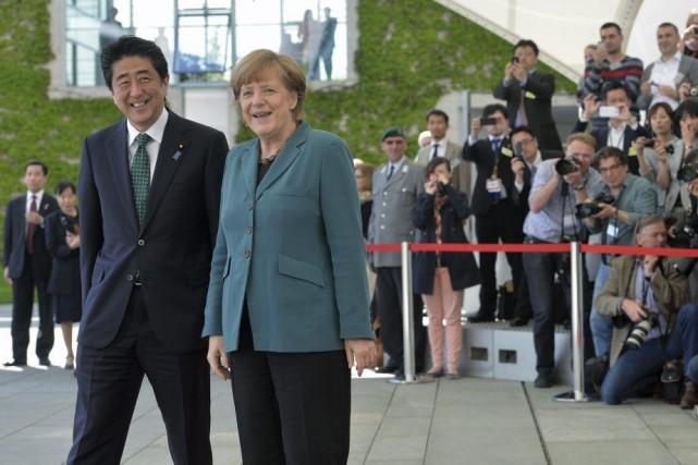 Le premier ministre japonais Shinzo Abe et la... (PHOTO OLIVER LANG, AFP)