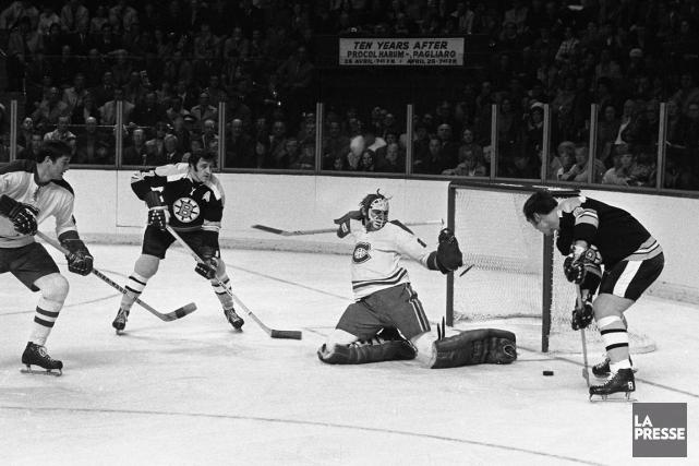 Le gardien du Canadien Ken Dryden repousse une... (Photo Robert Nadon, archives La Presse)