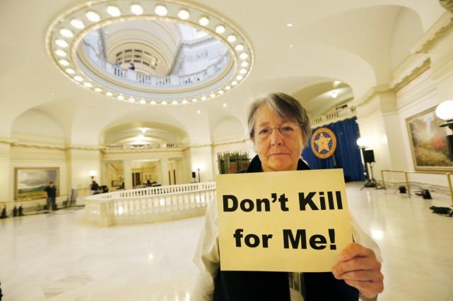 Une militante anti peine de mort brandit une... (PHOTO STEVE GOOCH, AP/THE OKLAHOMAN)