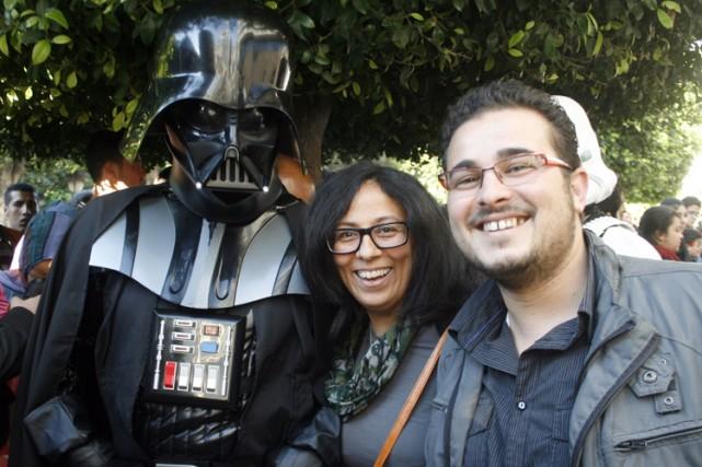 Une homme déguisé en Darth Vader pose avec... (Photo: AFP)