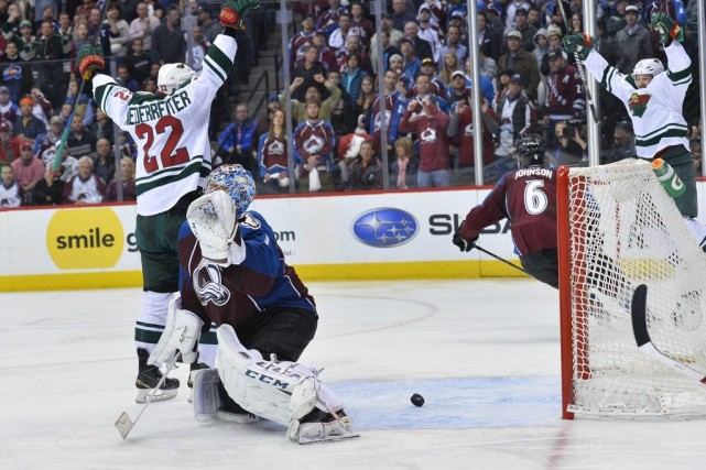 Nino Niederreiter joue les héros devantSemyon Varlamov.... (Photo AP)