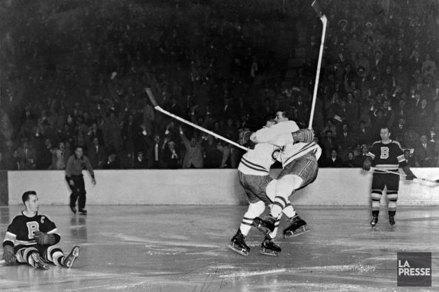 Elmer Lach saute dans les bras de Maurice... (Photo Roger Saint-Jean, archives La Presse)