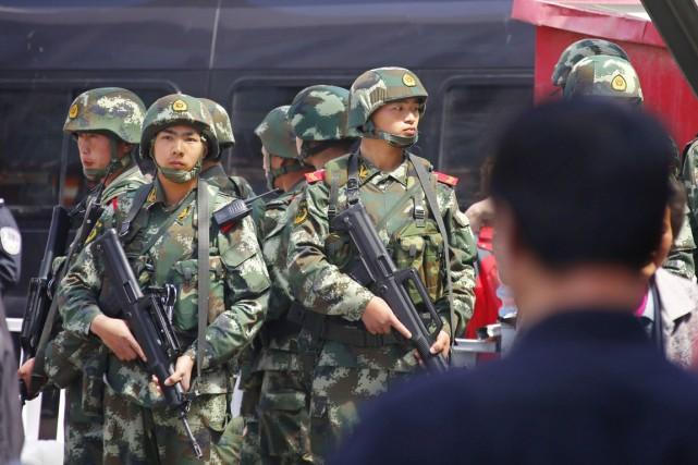 Des policiers paramilitaires montent la garde près de... (PHOTO PETAR KUJUNDZIC, REUTERS)