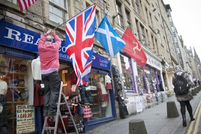Un commerçant d'Édimbourg accroche l'Union Jack à côté... (PHOTO SIMON DAWSON, ARCHIVES BLOOMBERG)