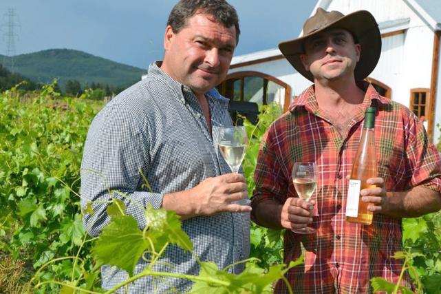 Le vigneron-fromager Maurice Dufour et son technicien Yan... (Photo fournie par la famille Migneron)
