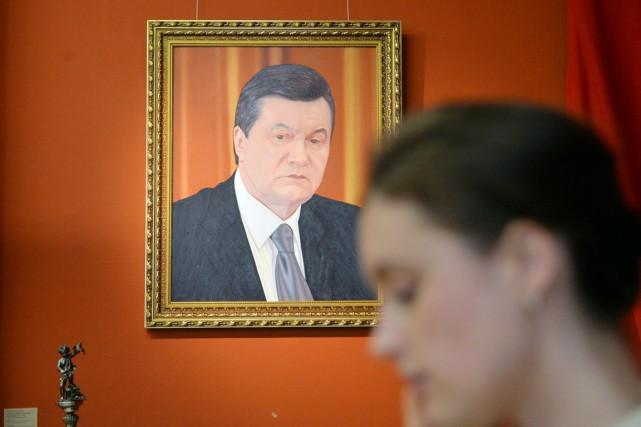Un portrait de l'ex-président Viktor Ianoukovitch exposé au... (PHOTO SERGEI SUPINSKY, ARCHIVES AFP)
