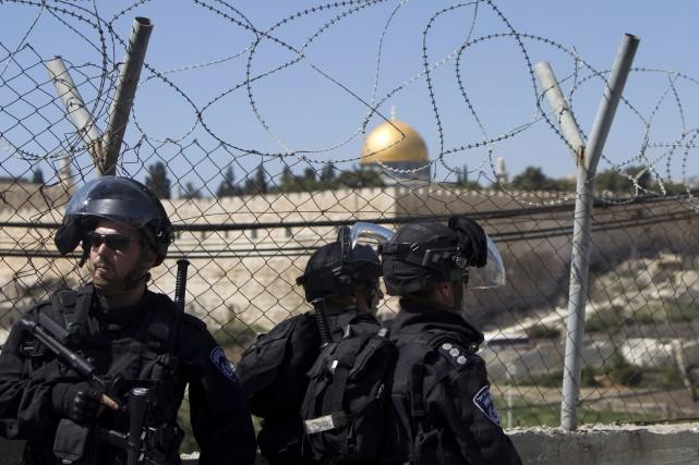 Des policiers israéliens... (Photo AHMAD GHARABLI, AFP)