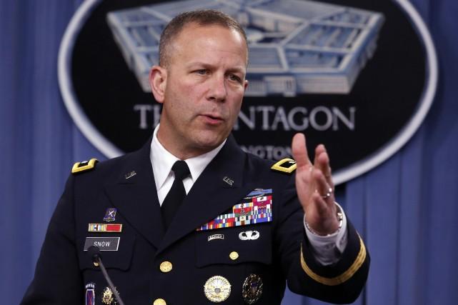 Le major-général Jeffrey Snow s'entretient avec la presse... (Photo Yuri Gripas, Reuters)