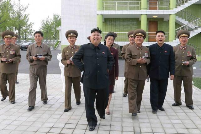 Kim Jong-un (au centre) dirige la Corée du... (Photo AFP/ Agence KCNA)