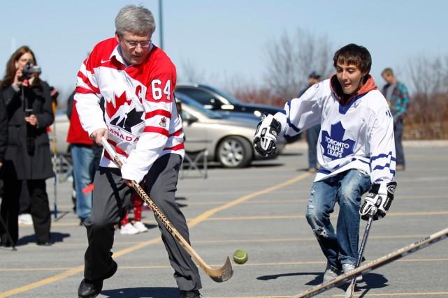 Le premier ministre Stephen Harper jouant au hockey-balle... (Photo Chris Wattie, archives Reuters)