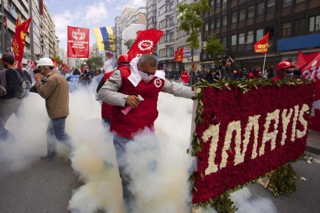 Police et manifestants se sont affrontés à Istanbul.... (Photo Reuters)