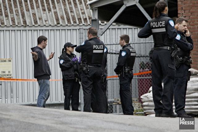 Des policiers se sont rendus sur les lieux... (PHOTO PATRICK SANFAÇON, LA PRESSE)