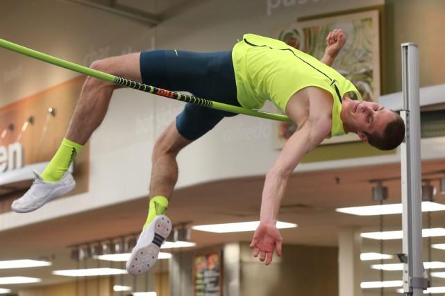 Le sauteur canadien Derek Drouin a franchi la... (Photo Byron Houlgrave, AP)
