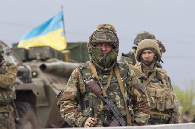 Des soldats ukrainiens montent la garde à un... (PHOTO BAZ RATNER, REUTERS)