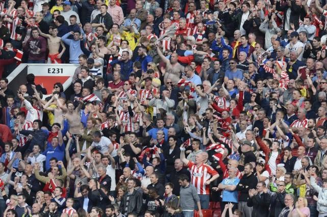Les partisans de Sunderland célèbrent la victoire de... (PHOTO ANDREW YATES, AFP)