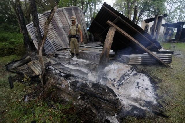 La police indienne a trouvé samedi neuf corps... (PHOTO Biju BORO, AFP)