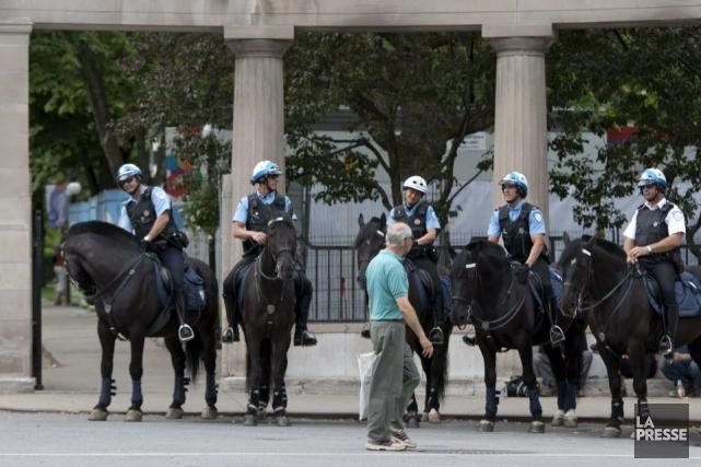 Des policiers à cheval sur la rue Sherbrooke... (Photo Alain Roberge, archives La Presse)