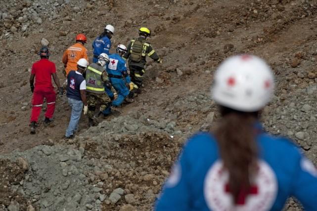 Samedi, les secouristes poursuivaient leurs recherches à la... (Photo Luis Robayo, AFP)
