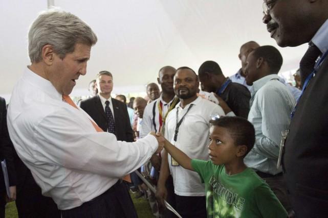 John Kerry salue des employés de l'ambassade américaine... (Photo Saul Loeb, REUTERS)